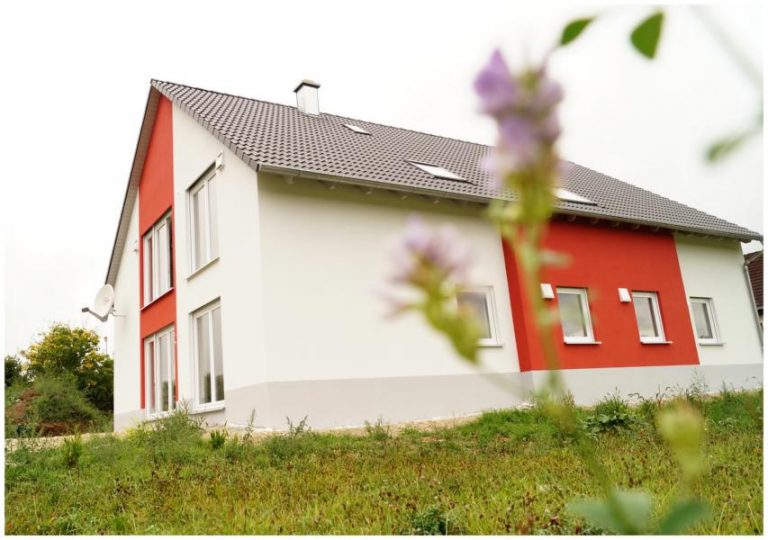 Fassadenputzer mit rote Farbe